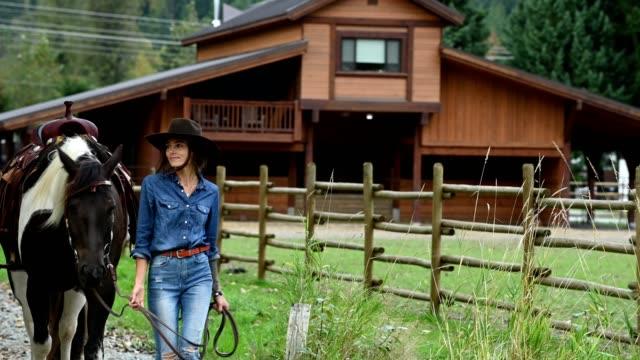 vídeos de stock, filmes e b-roll de rancheiro fêmea que trabalha com seu cavalo - cavalgar