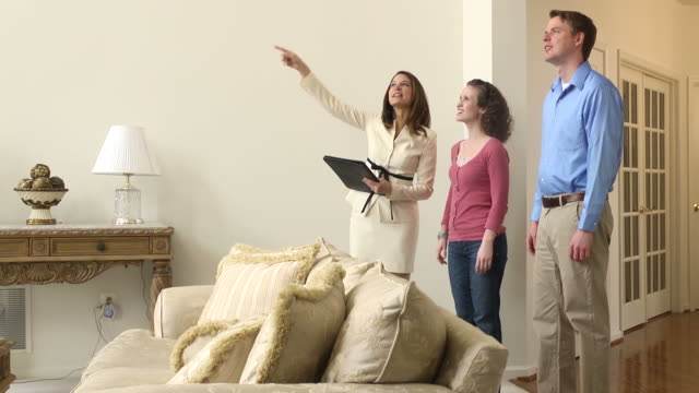 stockvideo's en b-roll-footage met female real estate agent showing home - mws - tonen