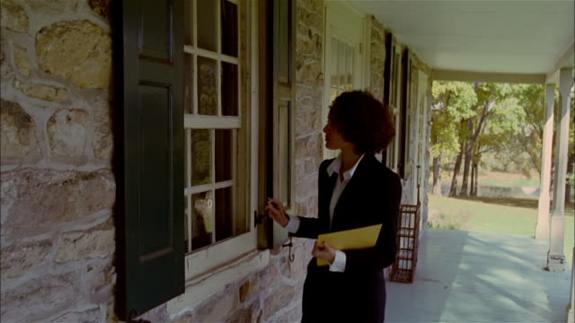 ms, female real estate appraiser, examining house from front porch, usa, pennsylvania, solebury - looking over stock videos & royalty-free footage