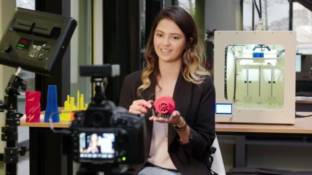 vídeos de stock, filmes e b-roll de jornalista em um escritório de impressão 3d - jornalista