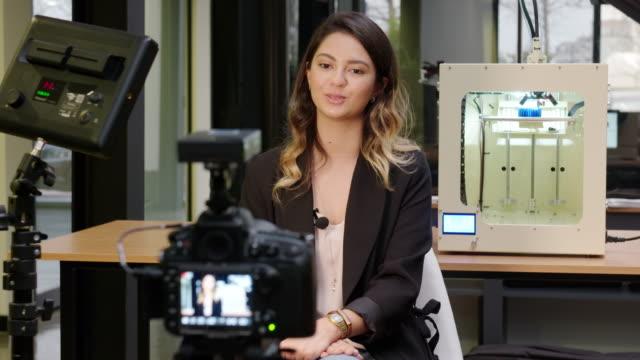 3 d 印刷局の女性記者 - 撮影現場点の映像素材/bロール