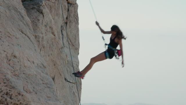 stockvideo's en b-roll-footage met female rock climber rappelling - boulder rock
