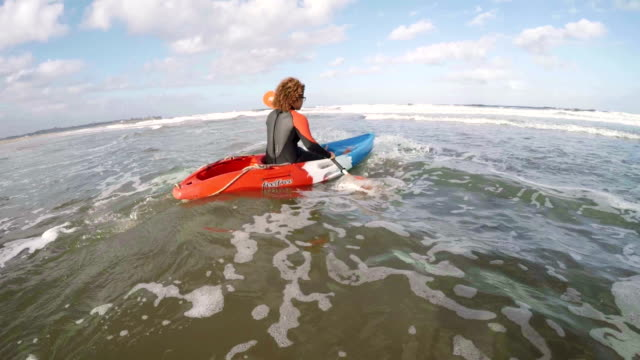 Weiblich, die heraus zum Meer in einem Kajak Rudern