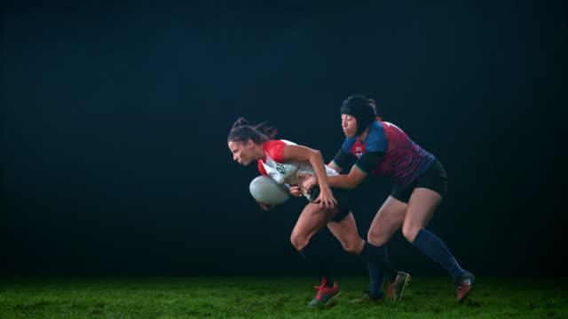 vídeos de stock e filmes b-roll de slo mo ld female rugby player grabbing her opponent by the shirt - râguebi desporto