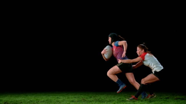 vídeos de stock e filmes b-roll de slo mo ld female rugby player holding her opponent by the waist to prevent her from running - râguebi desporto