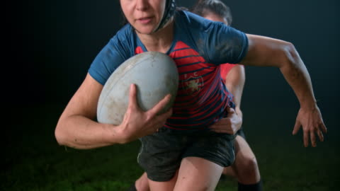 vídeos de stock e filmes b-roll de slo mo female rugby player sprinting to outrun her opponent trying to stop her - râguebi desporto