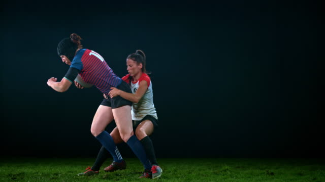 vídeos de stock e filmes b-roll de slo mo ld female rugby player tackling her opponent running with the ball - rugby