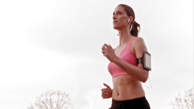 slo mo ts kvinnliga löpare i rörelse - sportbehå bildbanksvideor och videomaterial från bakom kulisserna