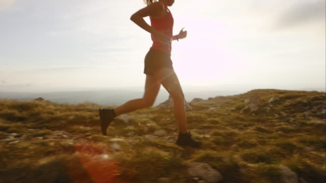 ts slo mo weibliche läufer auf der mountain top - joggen stock-videos und b-roll-filmmaterial