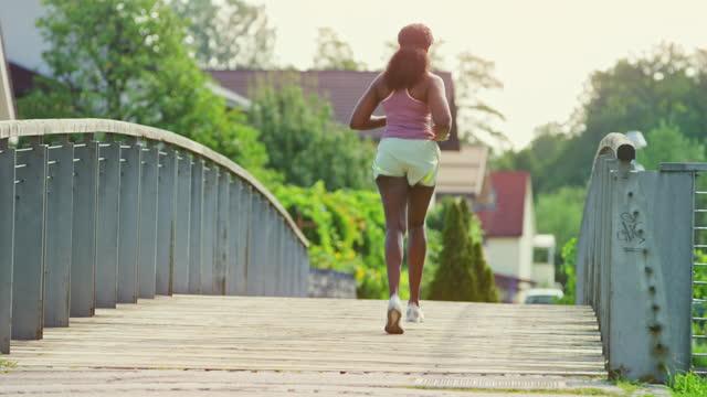 läuferin läuft über eine brücke - einzelne frau über 30 stock-videos und b-roll-filmmaterial