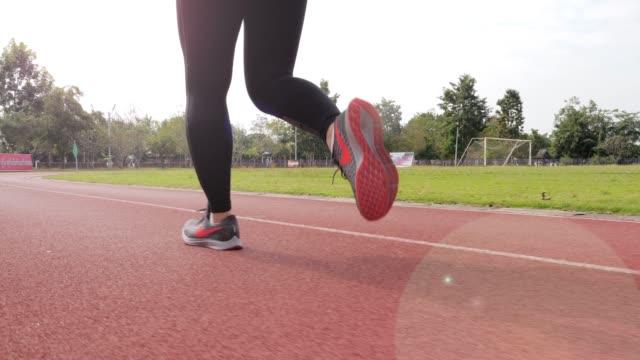 Zeitlupe: Weibliche Läufer läuft auf Laufband, Bein hautnah