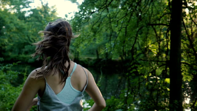 weibliche läufer: zeitlupe - braunes haar stock-videos und b-roll-filmmaterial