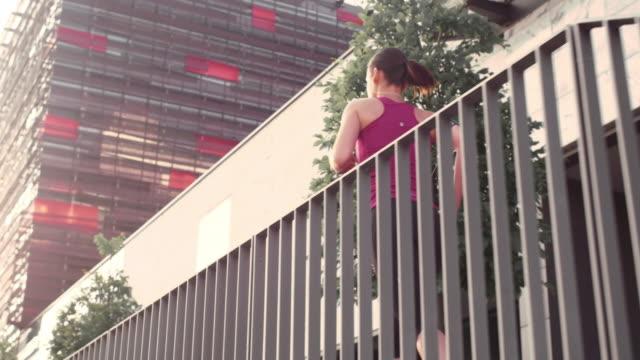 SLO MO TS feminino ao longo empresarial edifício na cidade