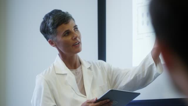 ボードルームで説明する女性科学者 - アメリカ国外で撮影点の映像素材/bロール