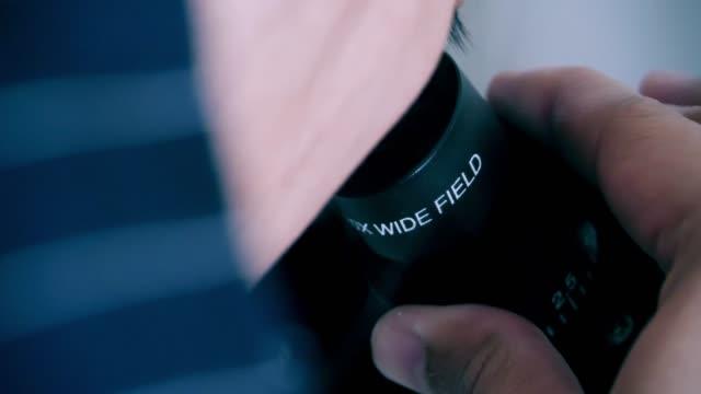 stockvideo's en b-roll-footage met vrouwelijke wetenschapper uitziende microscoop oculair. close up van vrouw wetenschapper microscoop. lab wetenschapper met behulp van de microscoop - 1991