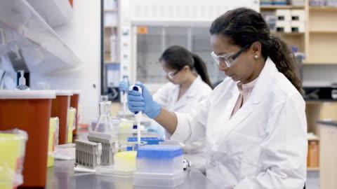 研究室で女性科学者のピペッティング - pipette点の映像素材/bロール