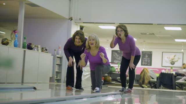 女性の先輩達がボーリング場で楽しんで - ボウリング点の映像素材/bロール