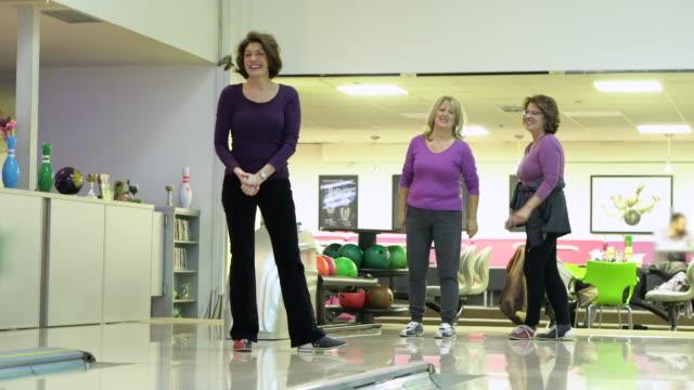 Senior Freundinnen Spaß im Bowling-Center