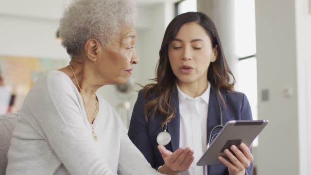 vídeos y material grabado en eventos de stock de mujer étnica senior obtener chequeo médico - healthcare and medicine