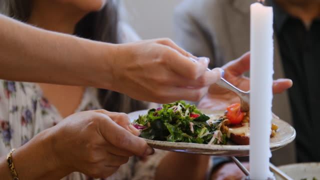 weibliche portion tomaten in teller zu frau auf party - gast stock-videos und b-roll-filmmaterial