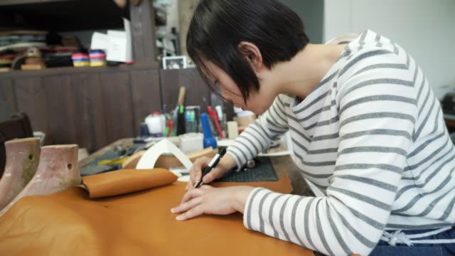 工場で働く女性の靴屋 - craft点の映像素材/bロール