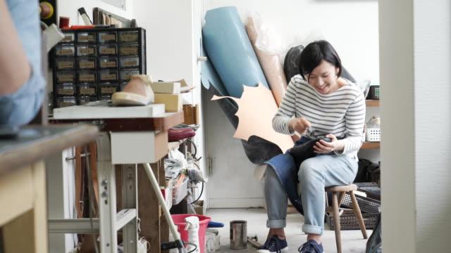 工場で働く女性の靴屋 - 30代点の映像素材/bロール
