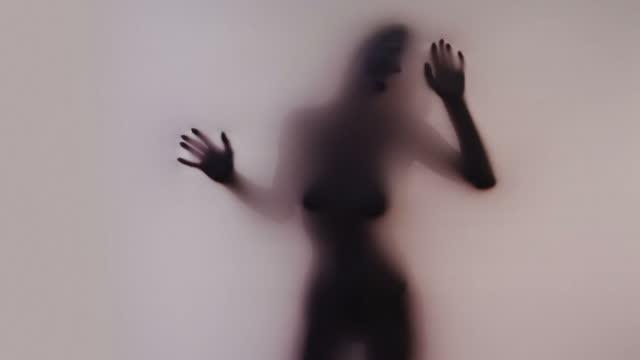 weibliche silhouette - fetischismus stock-videos und b-roll-filmmaterial