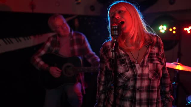 vidéos et rushes de chanteuse appréciant le temps avec son groupe sur l'étape - singer