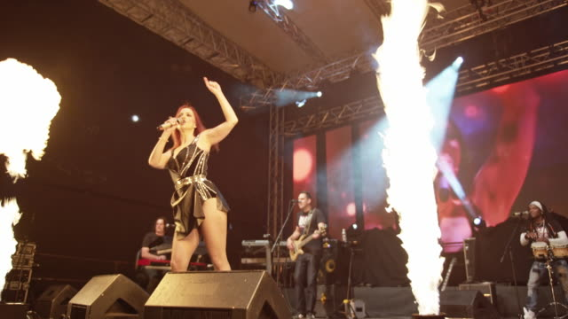 stockvideo's en b-roll-footage met female singer performing on stage with band - zanger