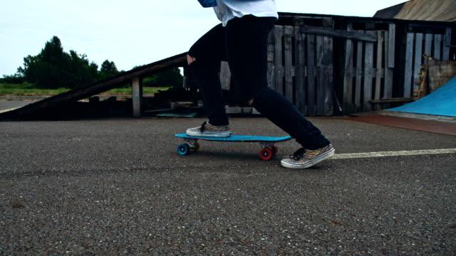 SLO MO weibliche skateboarder skateboarding