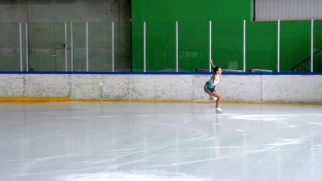 HD :女子スケート選手ジャンプを実行