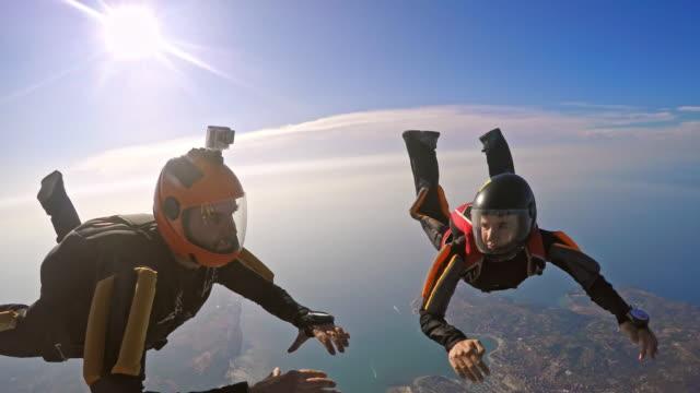 POV vrouwelijke skydiver tijdens vorming