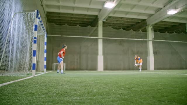 vídeos de stock e filmes b-roll de female soccer goaltender practicing saves - guarda redes