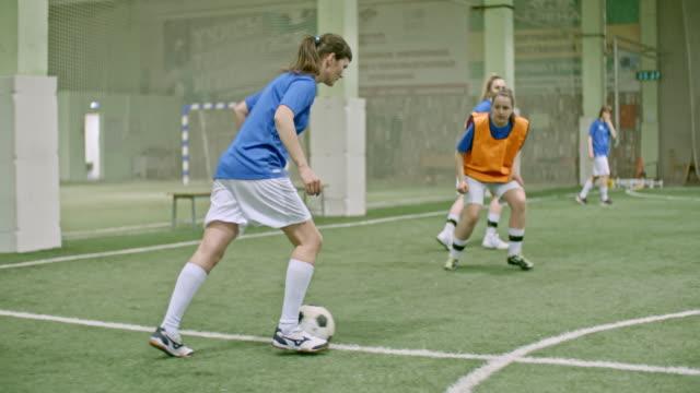 vídeos de stock e filmes b-roll de female soccer player in blue shirt failing to score goal - guarda redes