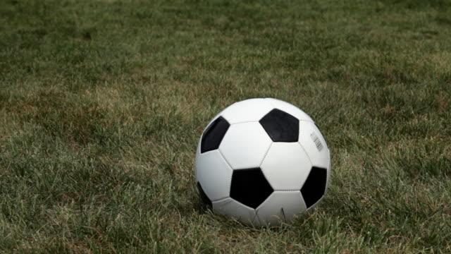 stockvideo's en b-roll-footage met female soccer player kicking ball - alleen één tienermeisje