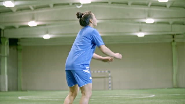 vídeos de stock, filmes e b-roll de female soccer player learning bicycle kick in indoor field - só mulheres