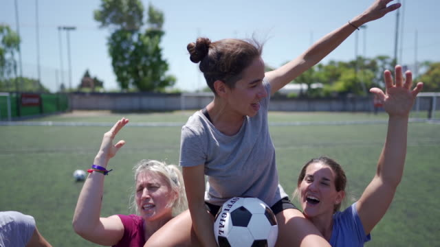 勝利を祝う女子サッカー選手 - 肩に乗せる点の映像素材/bロール