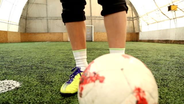 stockvideo's en b-roll-footage met vrouwelijke voetbal spelers praktijk dribbelen de bal - onherkenbaar persoon