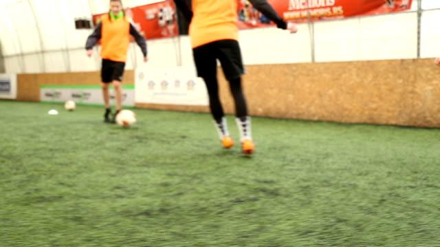 vídeos de stock, filmes e b-roll de treino de jogadores de futebol feminino passando a bola - passe de bola