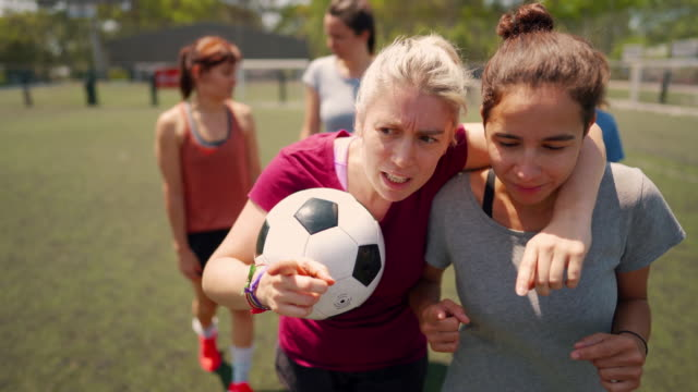 vídeos de stock e filmes b-roll de female soccer players talking about tactics - conselho