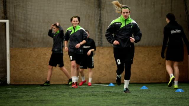 vídeos de stock, filmes e b-roll de time de futebol feminino, tendo uma prática - esporte de equipe