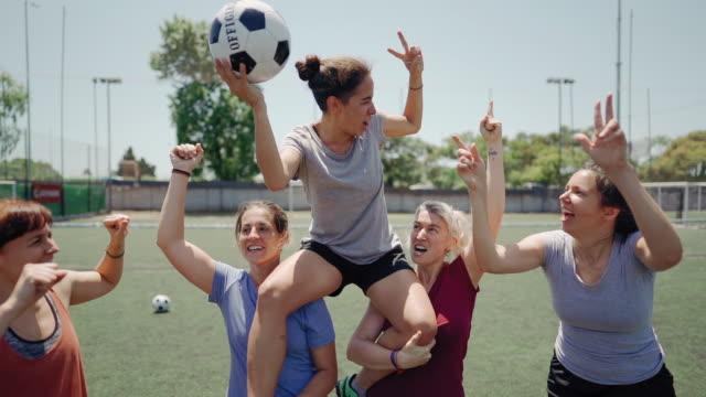 frauenfußballmannschaft gewinnt das spiel - mannschaftssport stock-videos und b-roll-filmmaterial