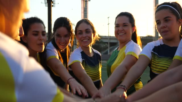 ms female soccer teammates huddling before soccer game - america latina video stock e b–roll