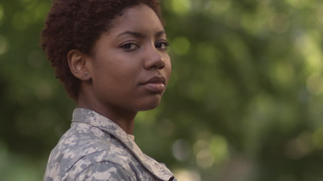 stockvideo's en b-roll-footage met sm cu portrait female soldier in profile turning to stare into camera/ chicago, il - profiel