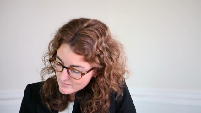 vidéos et rushes de avocate espagnole - une seule femme d'âge moyen