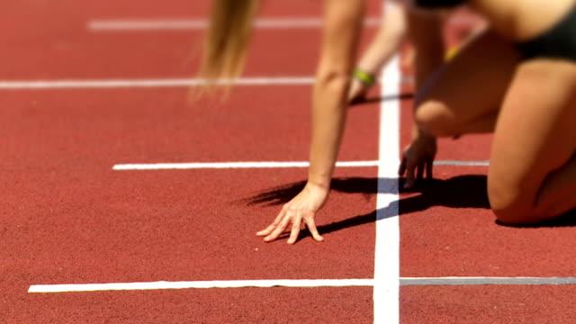 女性スプリンターでスタートライン cu slo mo - 短距離走点の映像素材/bロール