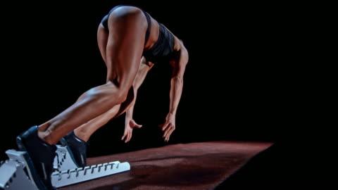 vídeos y material grabado en eventos de stock de slo mo female sprinter in black outfit starting from the starting block - esfuerzo