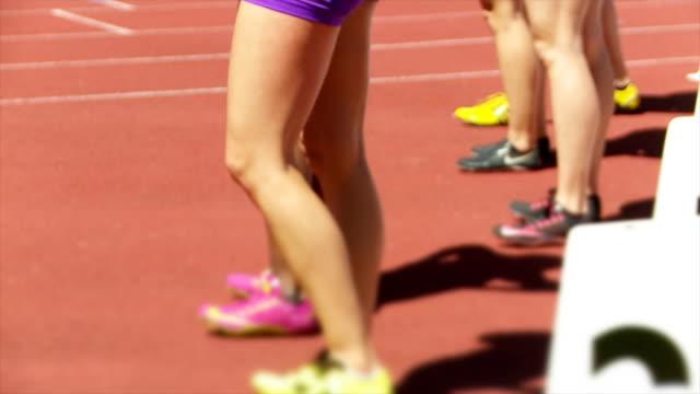 雌 sprinters ウェイティング開始sm - スタートライン点の映像素材/bロール