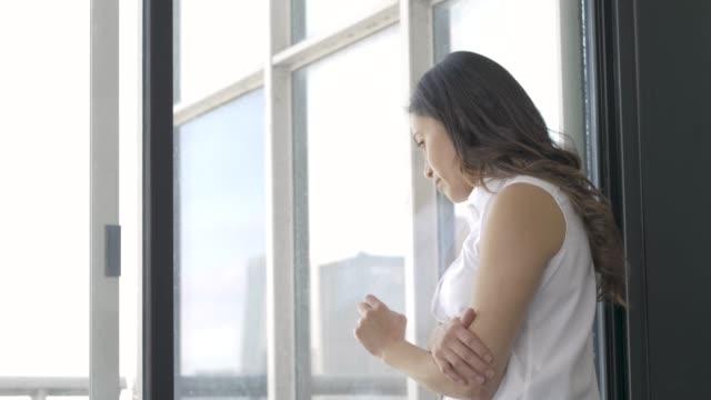 vidéos et rushes de femme regardant la fenêtre regardant déprimé - santé mentale