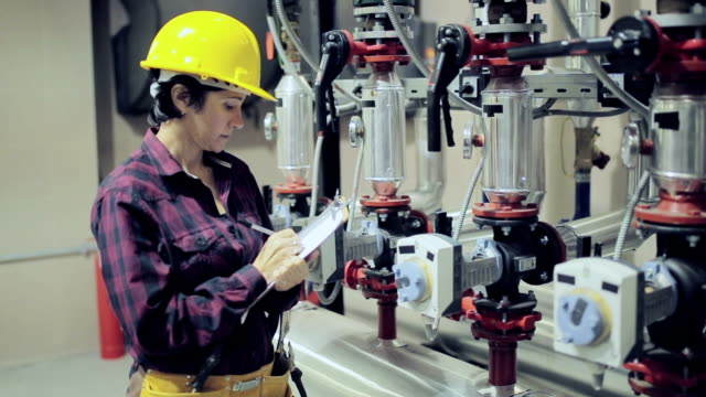 femmina cyclette ingegnere al lavoro - attrezzatura industriale video stock e b–roll
